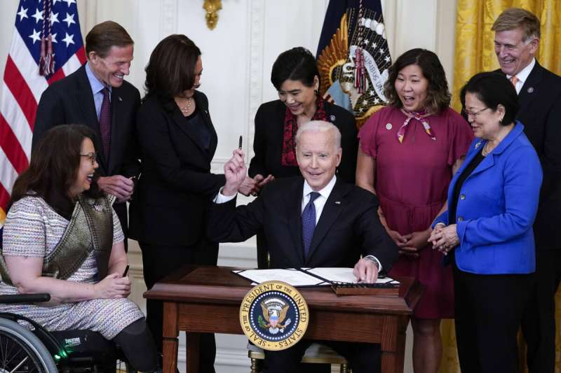 美國總統拜登上個月簽署新冠仇恨法案(Covid-19 Hate Crimes Act),泰裔聯邦參議員達克沃斯(Tammy Duckworth)也在一旁見證。(美聯社)