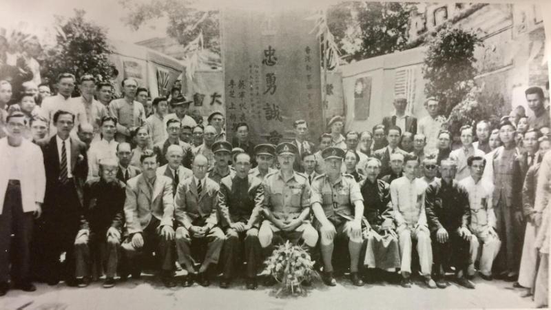 圖為抗戰勝利後,造訪新界西貢港九獨立大隊根據地的英軍上將李芝,感謝中共願意以大英國協軍的身分,協助英軍阻礙國軍收復香港。(許劍虹提供).png