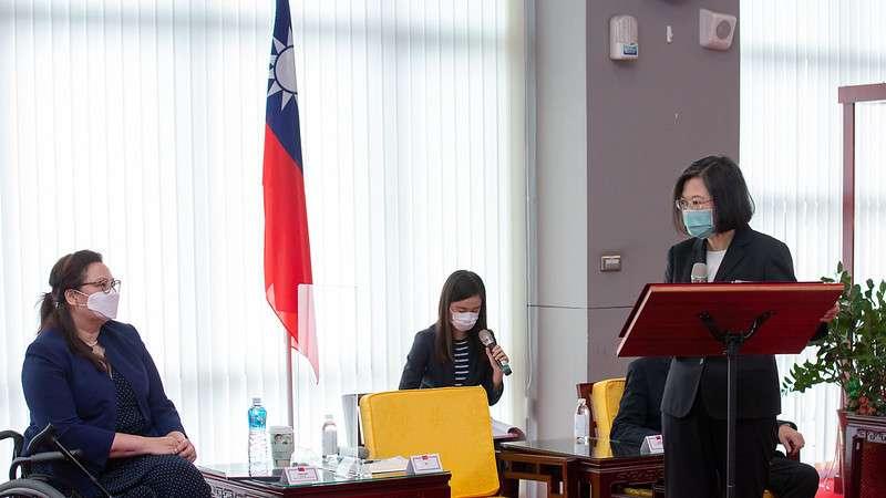 20210611-總統蔡英文(右)6日在空軍松山基地指揮部接見美國聯邦參議員譚美(Tammy Duckworth)(左)訪團一行。(取自總統府網站)