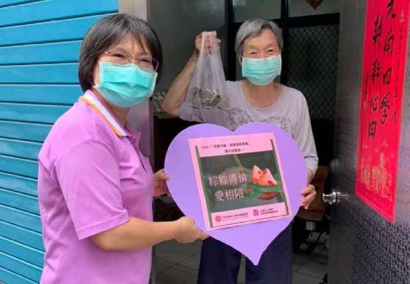 社會局和民間單位合作,捐贈發放愛心粽。(圖/高雄市社會局提供)