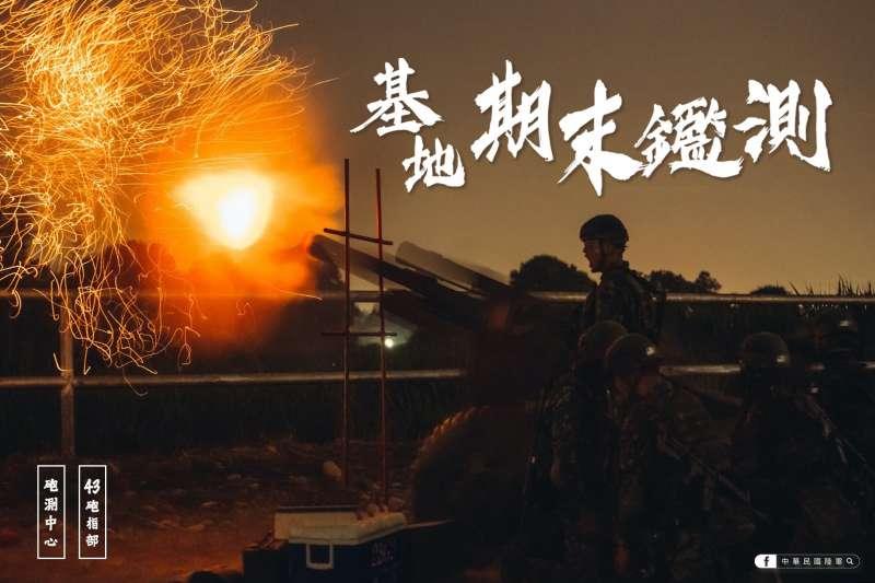 陸軍披露105公厘榴砲夜間實射照片,砲彈擊發瞬間產生的巨大火光。(取自中華民國陸軍臉書)