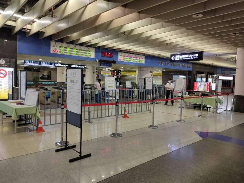 因應疫情升溫,臺鐵局各車站加強人流控管及清潔消毒,進站前須先測量體溫(圖片來源:臺鐵局)