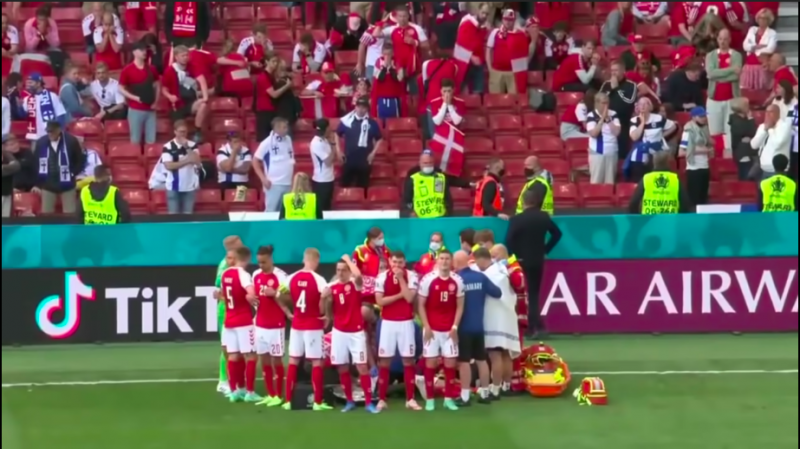 2021年6月12日,歐洲杯2020第三天,丹麥足球明星埃里克森突然倒下,隊友在他接受急救時圍成人牆。(截自Youtube)