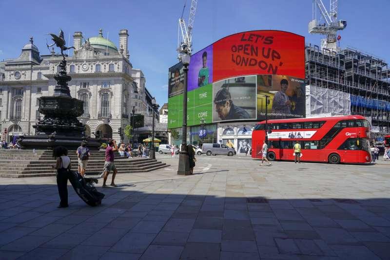 英國倫敦最有名的圓形廣場—皮卡迪利圓環(Piccadilly Circus),由於疫情關係顯得十分冷清。(美聯社)