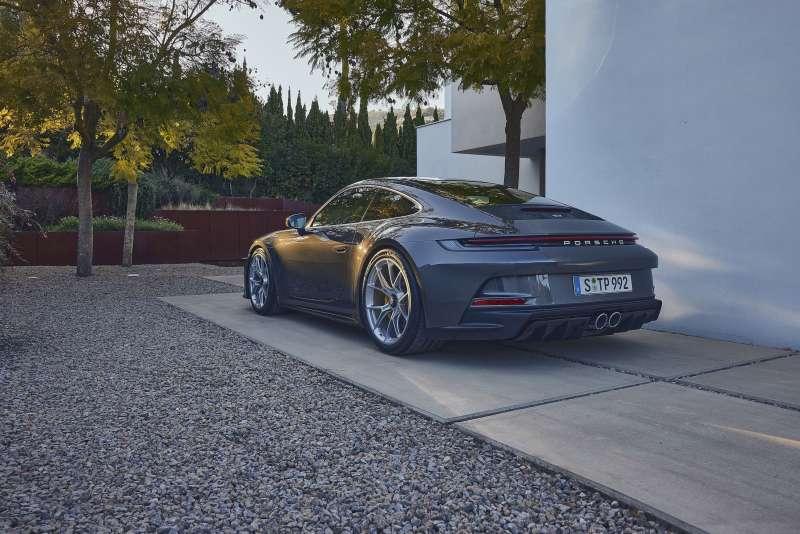 鋒芒內斂的911 GT3 with Touring Package ,攫取頂級性能跑車車迷及玩家目光。(圖/Porsche提供)