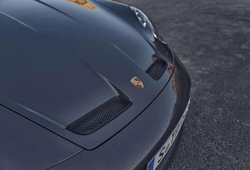 911 GT3 with Touring Package前保險桿含冷卻進氣孔周圍施以車身同色烤漆。(圖/Porsche提供)