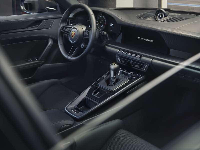 911 GT3 with Touring Package獨有的黑色真皮標準內裝,更顯座艙沉穩優雅。(圖/Porsche提供)