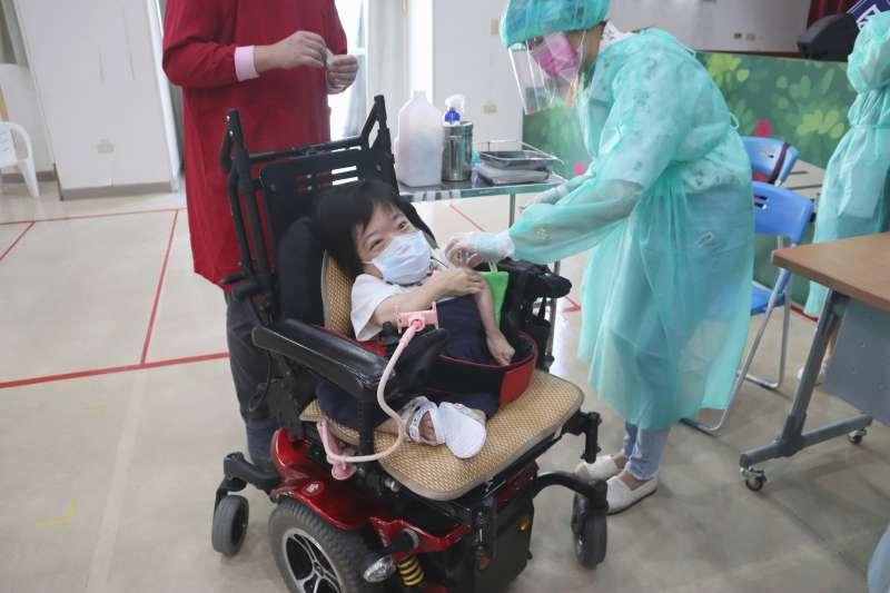 玻璃娃娃小雪伸出小手臂勇敢接受疫苗接種。(圖/新北市社會局提供)