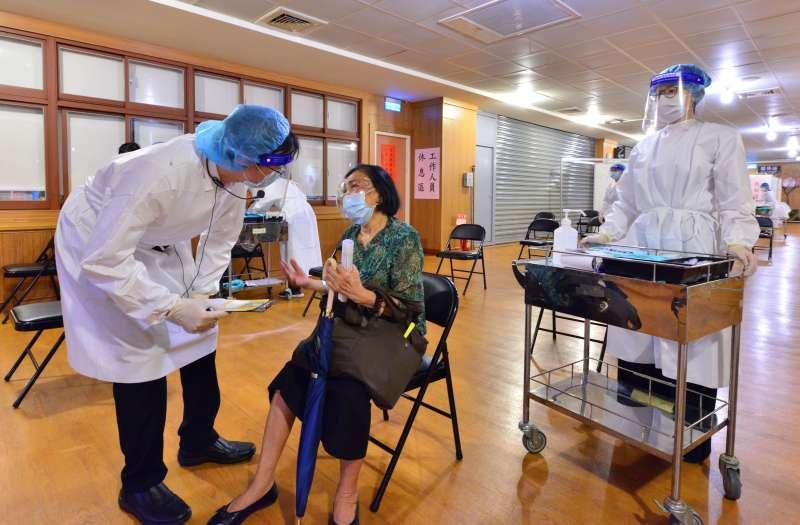 慈濟醫院醫護人員採用日本「宇美町」式施打法,由醫生先問診由護士施打,長輩在原座位不動。(圖/新北市社會局提供)
