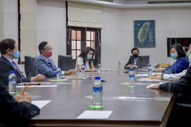 為討論BNT疫苗採購問題,總統蔡英文(右)與台積電董事長劉德音(左一)、鴻海創辦人郭台銘(左二)進行會談。(總統府提供)