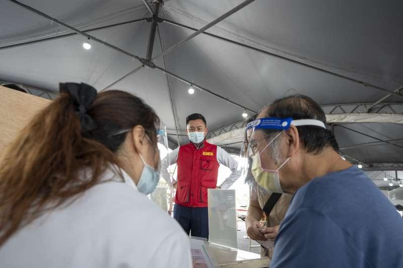 20210623-新竹市長林智堅23日到首日開站的「樹林頭疫苗施打站」,關心長輩接種疫苗。(新竹市政府提供)