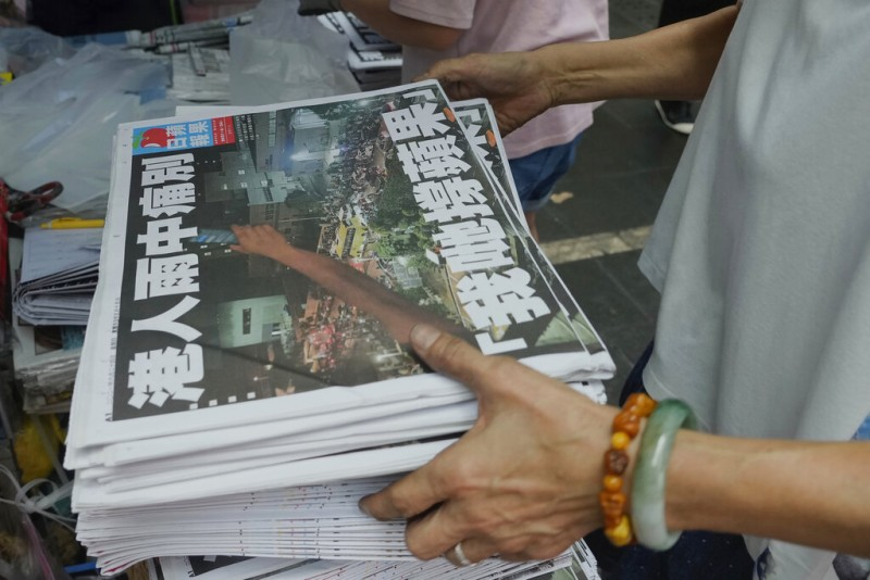 2021年6月24日,許多香港市民搶購最後一期《蘋果日報》。(美聯社)