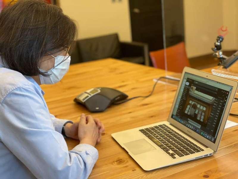 總統蔡英文透過視訊和證嚴法師通話,並請指揮中心依照實際疫苗計畫需求,與慈濟進行討論,協助相關作業進行。(取自蔡英文 Tsai Ing-wen臉書)