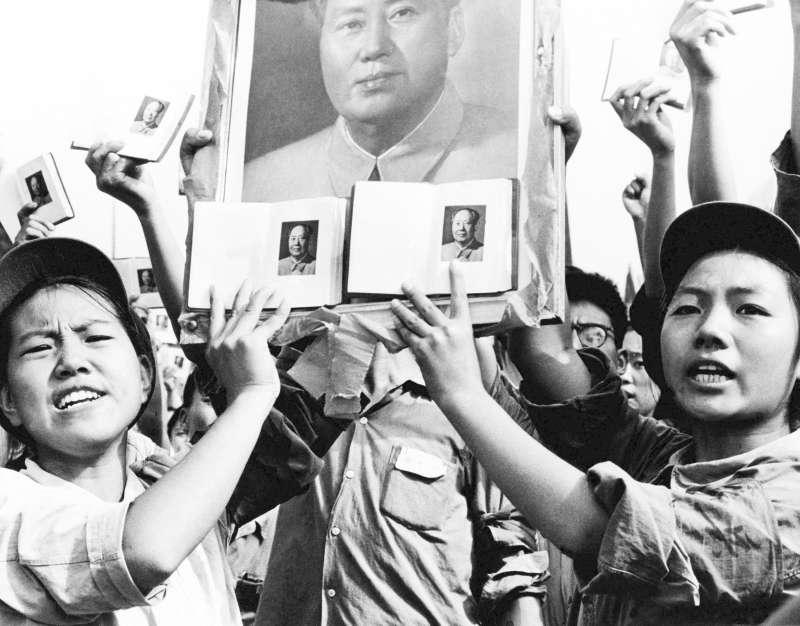 1966年9月,文革期間,狂熱支持毛澤東的青年高舉《毛語錄》(小紅書)(AP)
