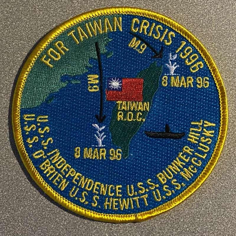 在美國海軍太平洋艦隊的獨立號航母照片貼文下,有人貼出了美軍馳援台灣的紀念臂章。(翻攝臉書)