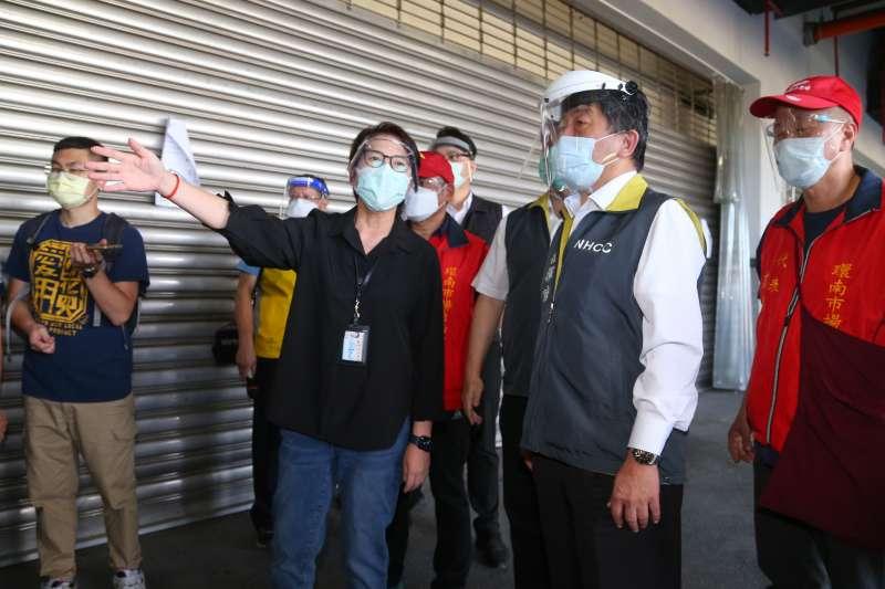 20210706-衛福部長陳時中(右二)、台北市副市長黃珊珊(左三)6日一同視察重啟營業的環南市場。(顏麟宇攝)