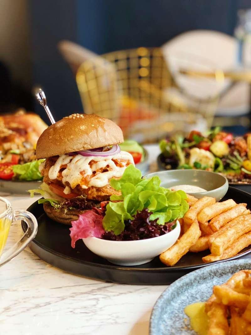 BaganHood 蔬食餐酒館主打豐富的「植物肉」料理(圖 / BaganHood@facebook)
