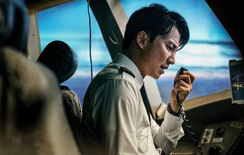 韓國電影《緊急迫降》成功入選第74屆坎城影展。(圖 / 取自IMDb)