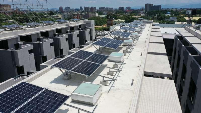 圖二、透天社區每戶屋頂配置佛司特採光通風天窗(圖片來源:佛司特)