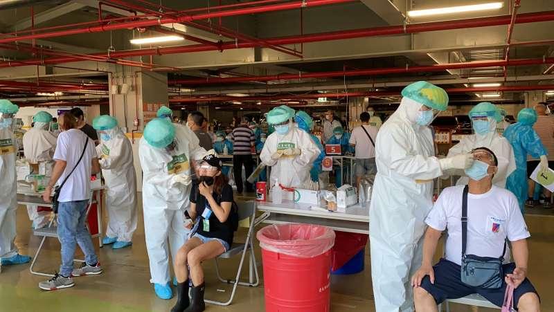 亞東醫院醫護團隊8日執行環南市場採檢任務。(亞東醫院提供)