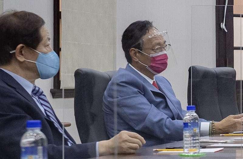 6月18日蔡英文總統在總統府會見鴻海郭台銘與台積電劉德音兩位董事長,二十多天會BNT疫苗採購終於傳來佳音。(資料照∕總統府提供)