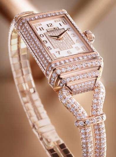 整個錶殼、錶鏈連接零件、錶鏈以及正、反兩面的錶盤均全鋪鑲鑽石,上鏈錶冠則綴以一顆倒鑲鑽石。(圖/積家提供)