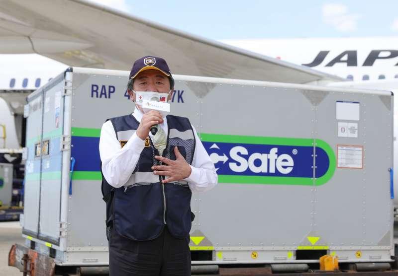 20210715-日本贈台97萬劑AZ疫苗於15日下午抵達桃園機場,中央流行疫情指揮中心指揮官陳時中到場致意。(中央流行疫情指揮中心提供)