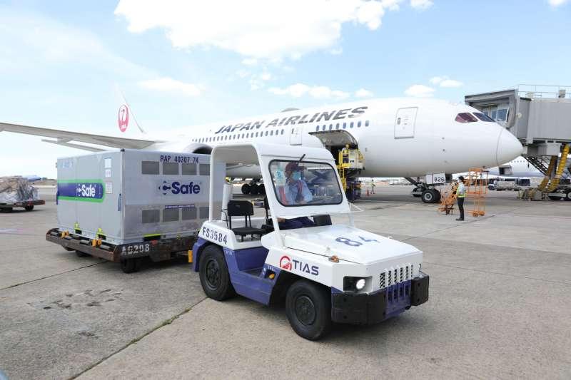 20210715-日本贈台97萬劑AZ疫苗於15日下午抵達桃園機場。(中央流行疫情指揮中心提供)