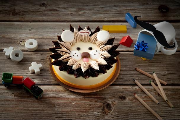 頂級鮮奶油、巧克力和馬卡龍裝飾出滿懷童趣的大男孩蛋糕(圖 / Häagen-Dazs提供)