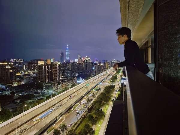 黃少祺2010年買下位於內湖五期重劃區的新屋,建案景觀別緻,價格也一夕翻漲。(圖/取自黃少祺臉書)