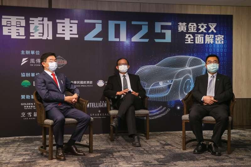 20210716-KIA台灣總代理森那美起亞汽車總裁李昌益(左起)、台灣車輛移動研發聯盟主委胡竹生、國泰投信總經理張雍川16日出席風傳媒舉辦「電動車2025」線上論壇。(顏麟宇攝)