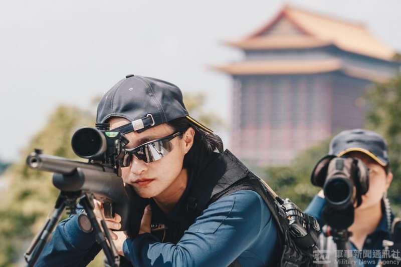 20210716-2019年,特勤中心史無前例推出特勤形象月曆,其中一張照片可見反狙擊組狙擊手和觀測手共同緊盯前方目標的,突顯反狙擊亦為特勤最具戰力與專業的形象之一。(蘇仲泓攝)