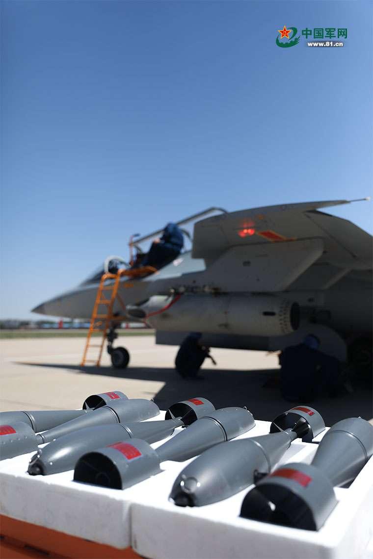 解放軍的地勤人員正在為戰機掛載彈藥。(翻攝中國軍網)