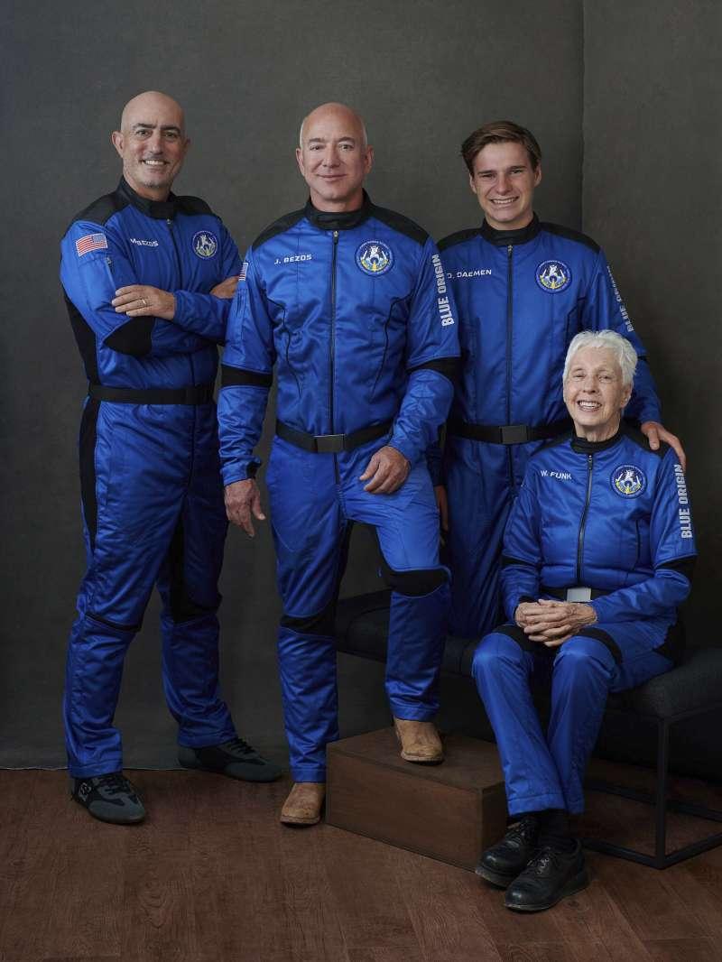 貝佐斯將率領藍源新謝帕德號太空船的首次載人飛行,與他同行的乘客包含──胞弟馬克(Mark Bezos)、戴蒙(Oliver Daemen)、82歲婦女芬克(Wally Funk)。(AP)