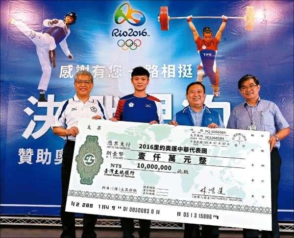 中華奧會主席林鴻道(右2)捐千萬幫奧運選手座艙升等。(中華奧會提供).jpg