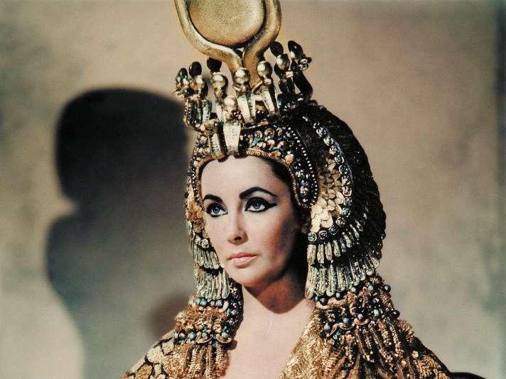 埃及艷后的角色讓伊莉莎白泰勒瘋狂愛上祖母綠。(圖/取自imdb)