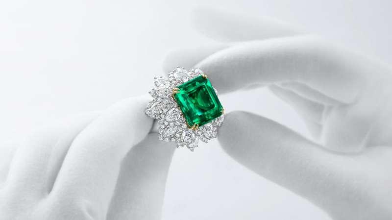 祖母綠的顏色越深,價格越高。(圖/取自harry winston官網)