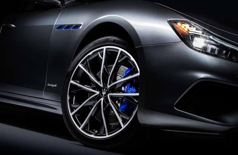 GranSport 車型,前方葉子板散熱鰭孔嵌入湛藍飾框,搭配消光藍性能剎車卡鉗(圖 / Maserati 提供)
