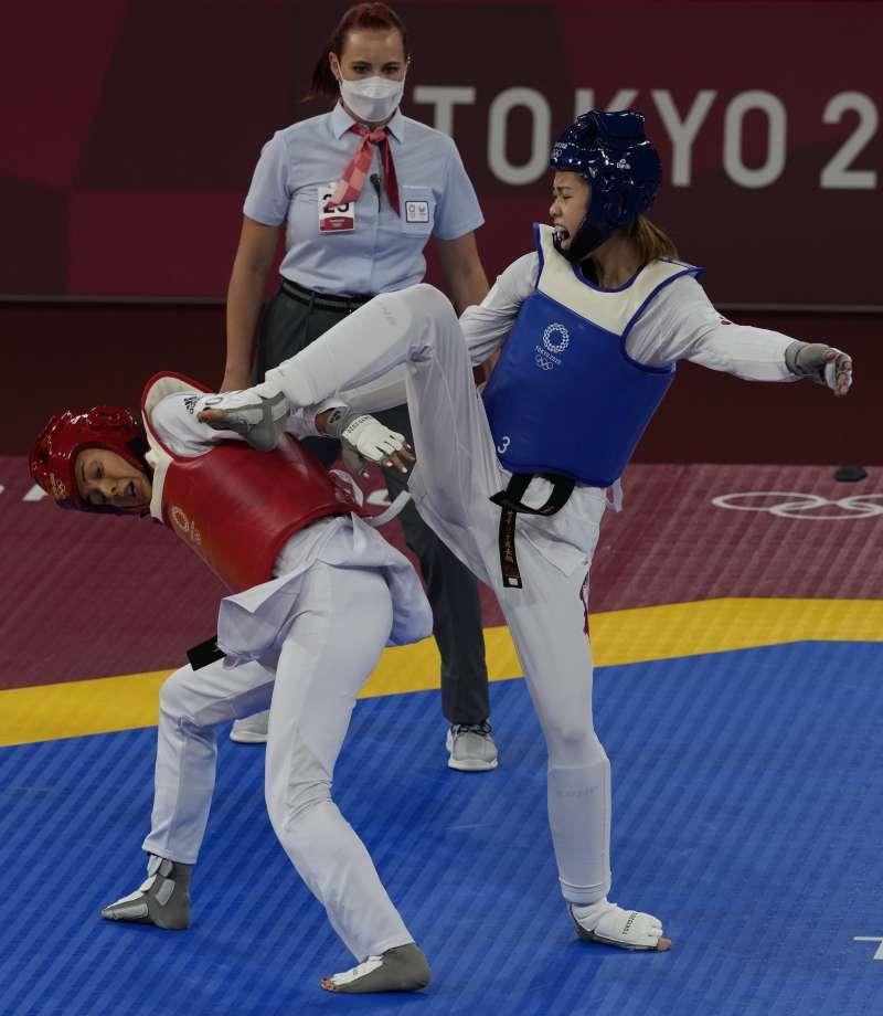 2021年7月25日,東京奧運,台灣代表隊跆拳道選手羅嘉翎(右)擊敗加拿大選手帕克(Skylar Park),晉級4強。(AP)