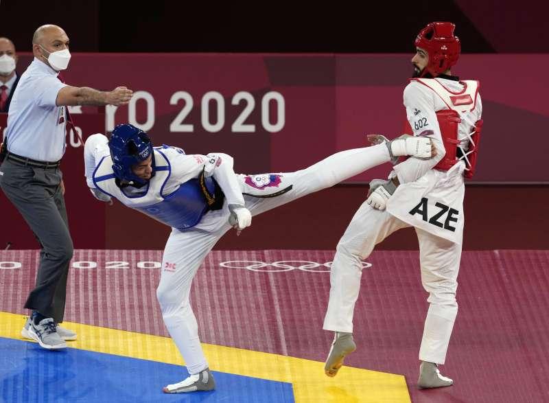 2021年7月26日,東京奧運,台灣代表隊跆拳道選手劉威廷(左)出賽,對戰亞塞拜然的Milad Beigi (AP)