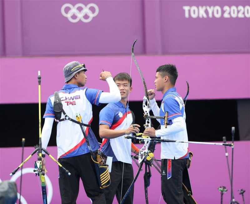 中華男子射箭代表隊26日在2020東京奧運男子射箭團體對抗賽4強賽,以6比0「完封」荷蘭,成功闖進壓軸決賽。圖為射箭好手魏均珩(左起)、鄧宇成與湯智鈞。(圖/體育署提供)