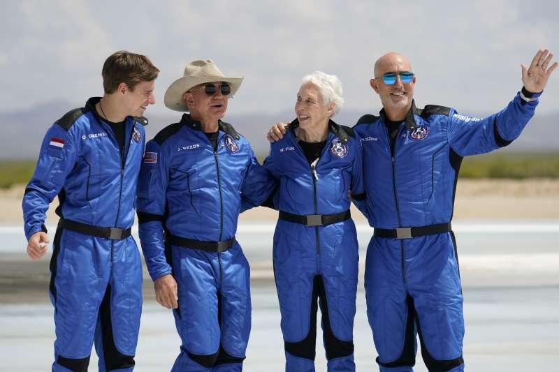 2021年7月20日,亞馬遜創辦人貝佐斯(Jeff Bezos)上太空(AP)