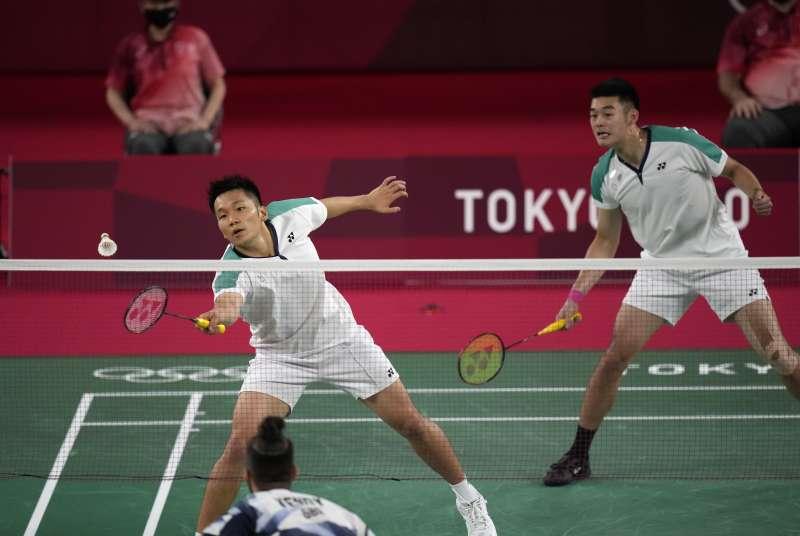 2021年7月26日,東京奧運,台灣代表隊羽球男子雙打選手李洋、王齊麟出賽,直落二擊敗英國Ben Lane與Sean Vendy(AP)