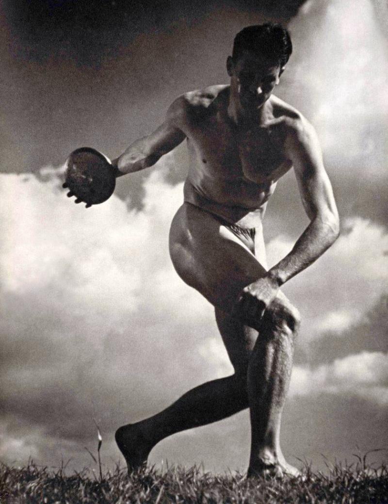 里芬斯塔爾(Leni Riefenstahl)的《奧林匹亞》用充滿張力的鏡頭歌頌著雅利安人雄偉陽剛的軀體。(拍翻自《奧林匹亞》)