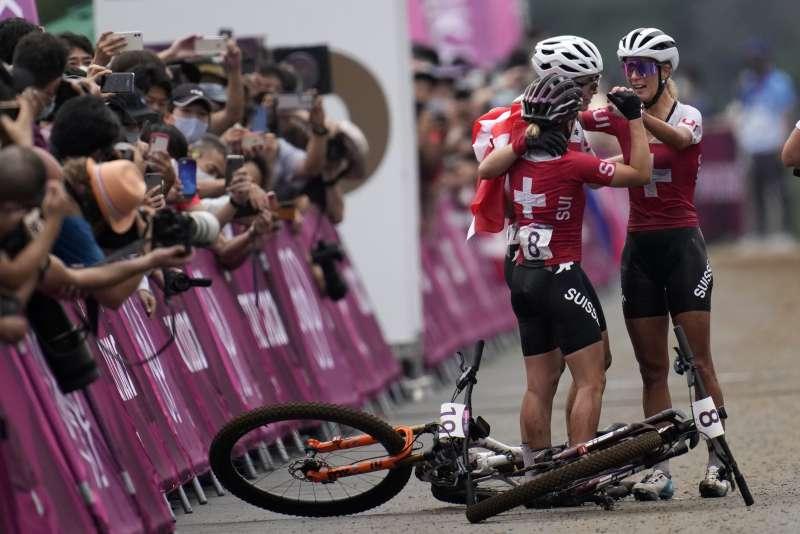 2021東京奧運,瑞士選手內芙(Jolanda Neff)、弗萊(Sina Frei)和茵德甘特(Linda Indergand)包攬山地車越野賽獎牌。(美聯社)