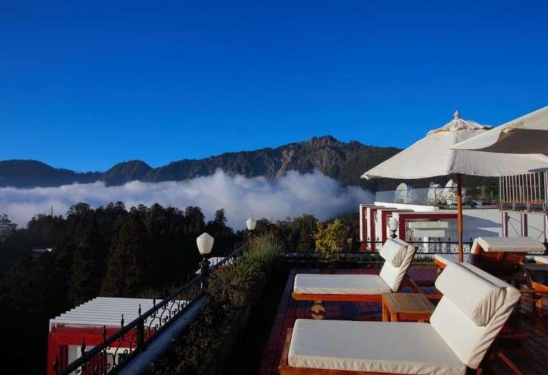 頂樓的空中花園,坐擁阿里山上最高的塔山群峰(圖/HotelsCombined提供)