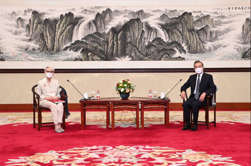 王毅(右)以及謝鋒與雪蔓的對話已經成為瞭解中美之間彼此理解程度的重要指標。(新華社)