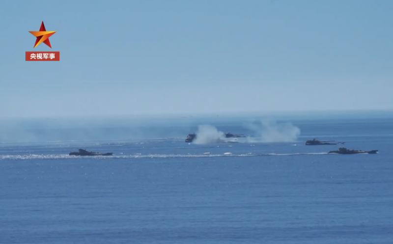 近日,正在東南沿海駐訓的第73集團軍某兩棲重型合成旅組織兩棲重型合成裝甲部隊,展開越海奪島體系聯合登陸演練。(央視軍事視頻截圖)