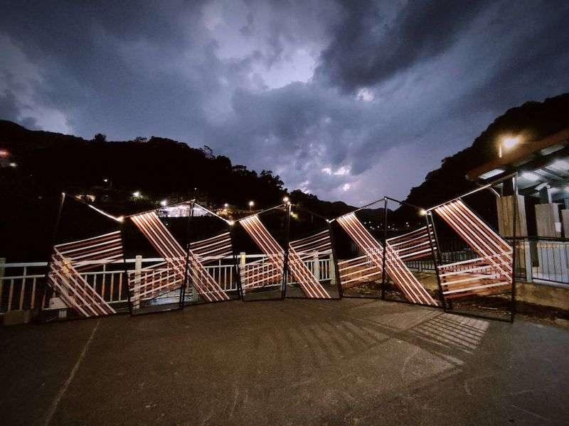 每周五、六、日晚間結合燈光,呈現烏來特有編織夜景,是最棒的新「網美打卡照」夯點。(圖/新北市原民局提供)