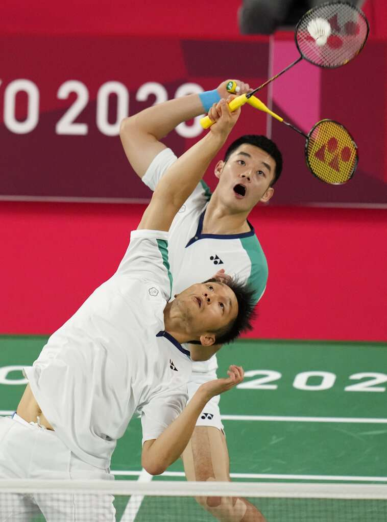 台灣羽球男雙史上最強組合王齊麟(上)與李洋。(美聯社)